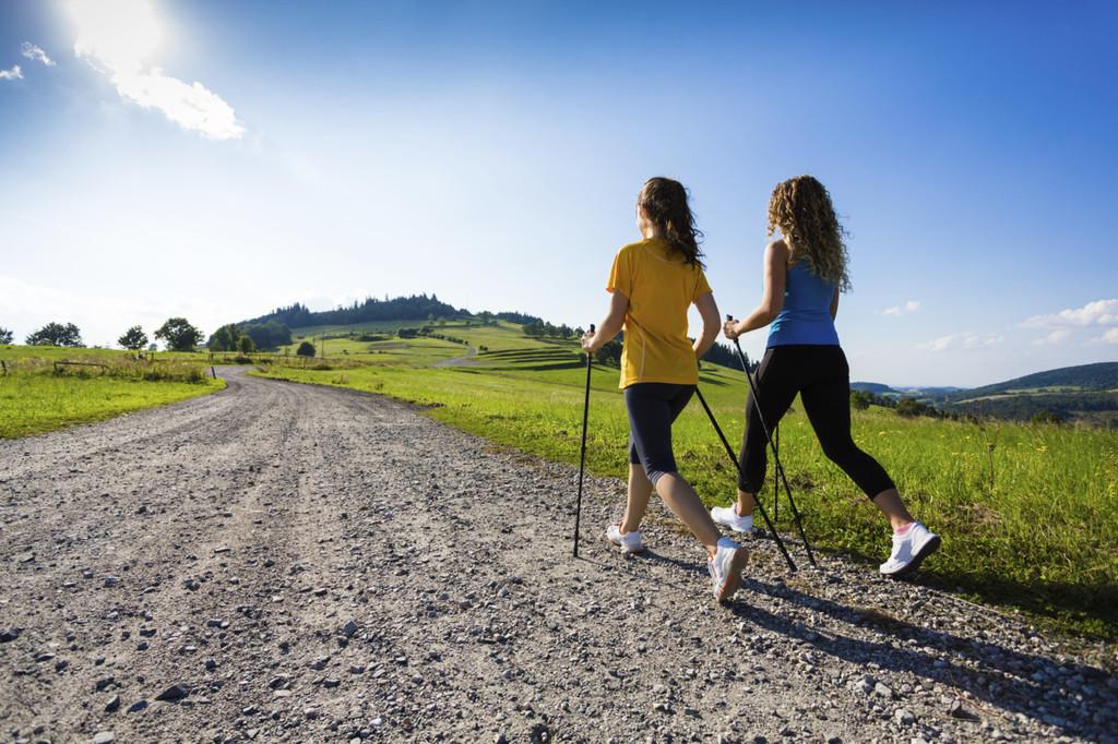 Todo lo que tienes que saber sobre la marcha nórdica o nordic walking: así te ayuda a mejorar tu salud