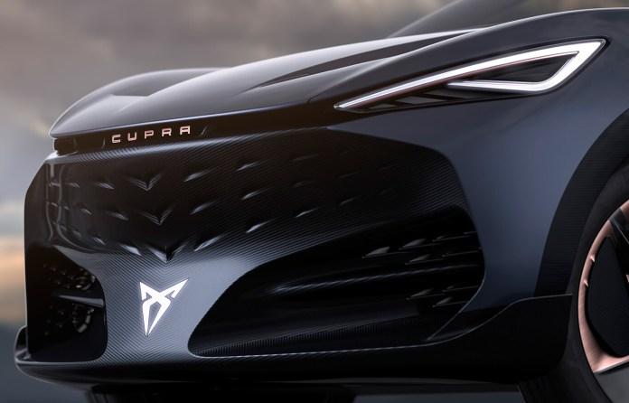 Frontal del Cupra Tavascan, con motivos que recuerdan al logo de la marca.