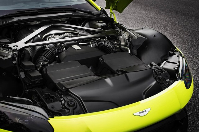 Aston Martin Vantage 2018 motor v8 amg