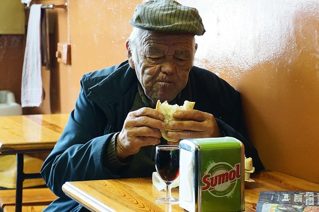 Old Generation 80s Senior Old People Old Man Eating Cafe Bread 667424