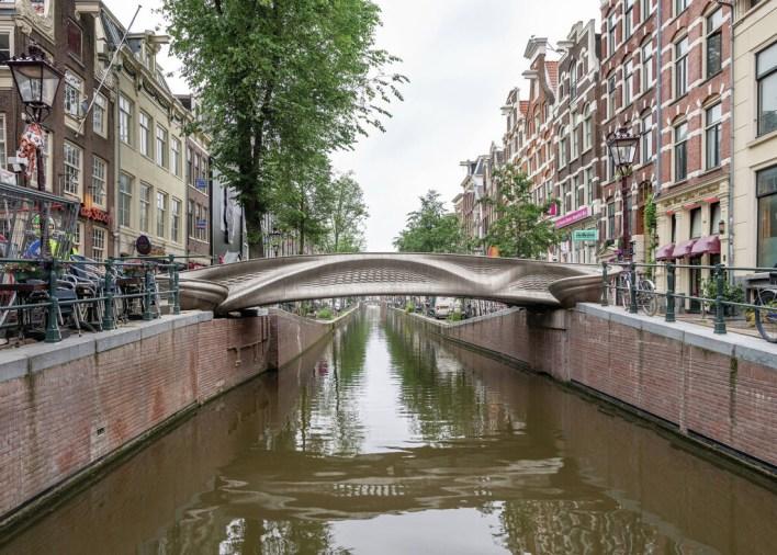 El primer puente de acero impreso en 3D del mundo ya se puede visitar en el Barrio Rojo de Ámsterdam