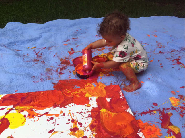 niña-dibujando-sobre-lienzo-blanco