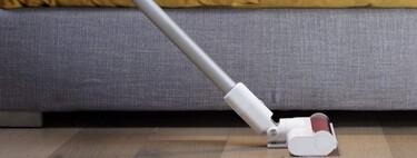 Guía de compra de aspiradores verticales sin cables: recomendaciones para acertar y ocho aspiradores de escoba desde 132 euros