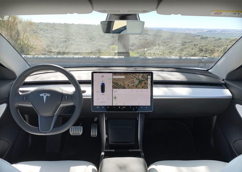 Los Tesla Model tres tienen una cámara justo encima del retrovisor sin embargo hasta ahora Elon Musk no había justificado por qué esta ahí