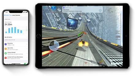 Vista de la aplicación Tiempo de Uso en un iPhone junto a un iPad Pro.