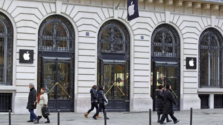 Paris heist costs Apple store an estimated  1 3M   CBC News A robbery took place at this flagship Apple store behind the Paris Opera  house on New Year s Eve  a few hours after the store closed