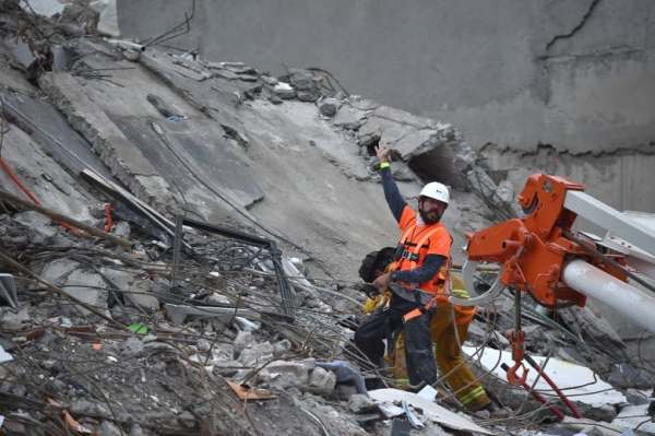 Rescuers race to free girl from rubble of Mexico quake ...