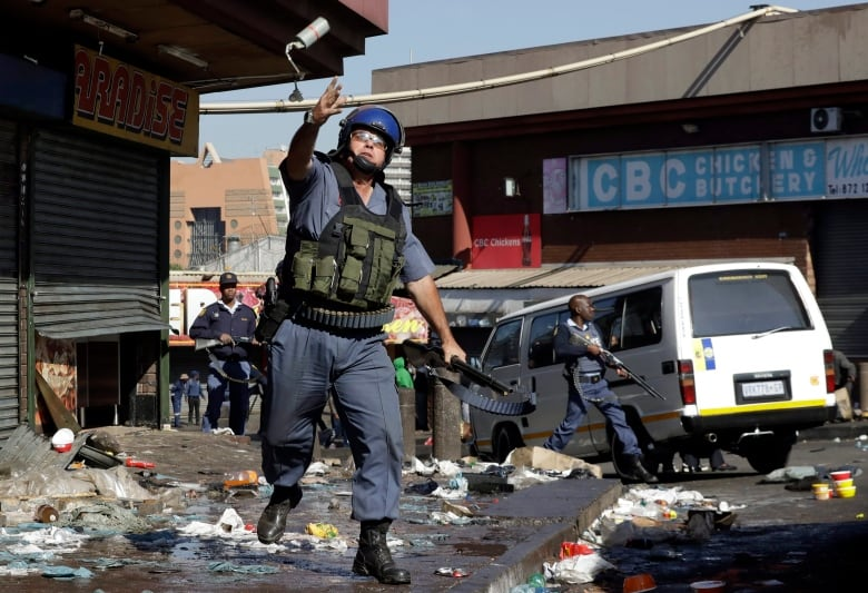 aptopix south africa unrest - Hundreds of Nigerians, Zimbabweans leaving South Africa in wake of deadly violence
