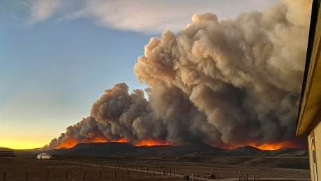 Colorado wildfire jumps Continental Divide, threatens mountain towns