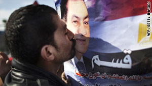 A supporter of Egyptian President Hosni Mubarak expresses his devotion.