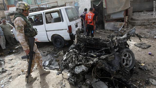 Un soldado iraquí inspecciona el lugar de la explosión de una bomba en el barrio norte de Bagdad, Ciudad Sadr el 22 de mayo de 2011.