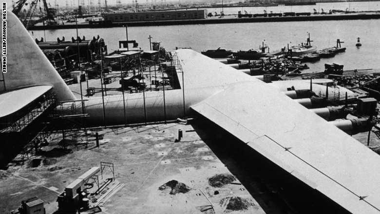 """طاشرة """"هغز أتس 4 هيركولز"""" وهي طائرة ضممها الأمريكي الطيار ومنتج الأفلام هوارد هغز في العام 1947"""