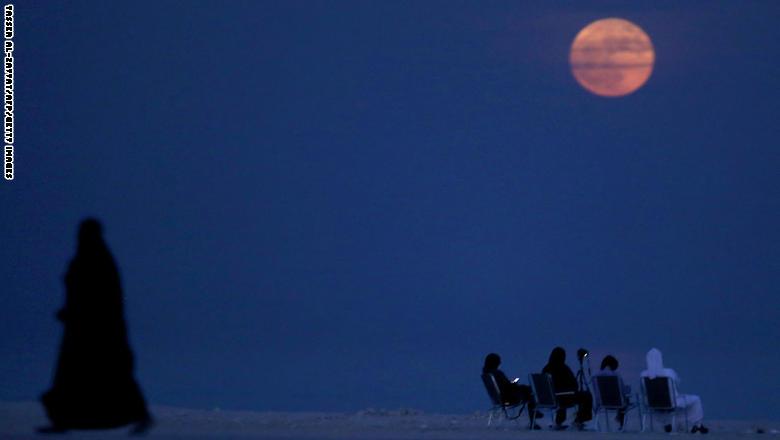 """الأكبر والأكثر إشراقاً منذ 1948.. هكذا ظهر """"القمر العملاق"""" حول العالم"""