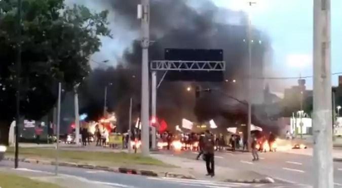 Manifestação na Avenida Antônio Carlos, nas proximidades da UFMG(foto: Reprodução Twitter)