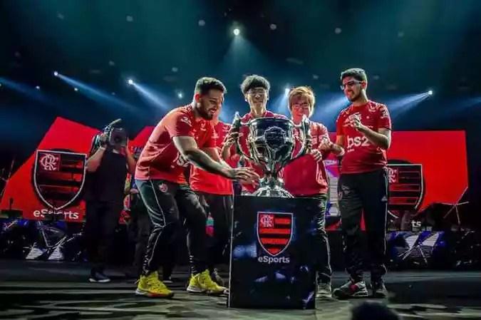 Goku (segundo a partir da direita) e o time de League of Legends do Flamengo(foto: Reprodução/Twitter)