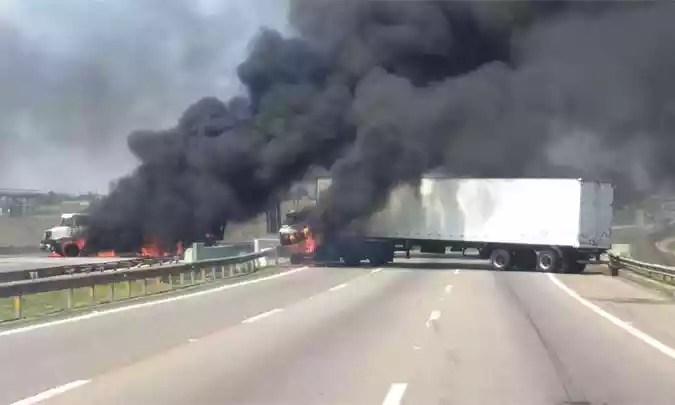 Caminhões foram incendiados para fechar a rodovia e dificultar o trabalho da polícia (foto: Reprodução/Whatsapp)