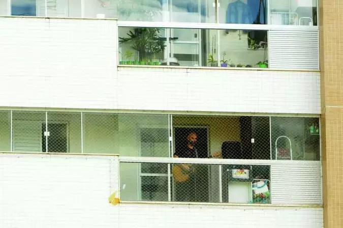 Músico Bernardo Rosa toca em sua varanda para