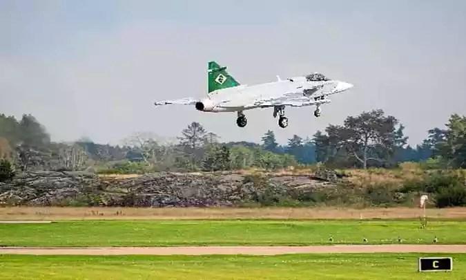 O Gripen em voo de teste na Suécia: o Brasil encomendou 36 unidades à Saab, fabricante da aeronave, para renovar a frota de defesa nacional(foto: Stefan Jerrevang/AFP/TT News)