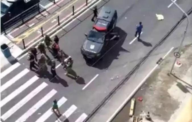 Polícia fecha uma das ruas alvo de ataque(foto: Twitter/Reprodução)