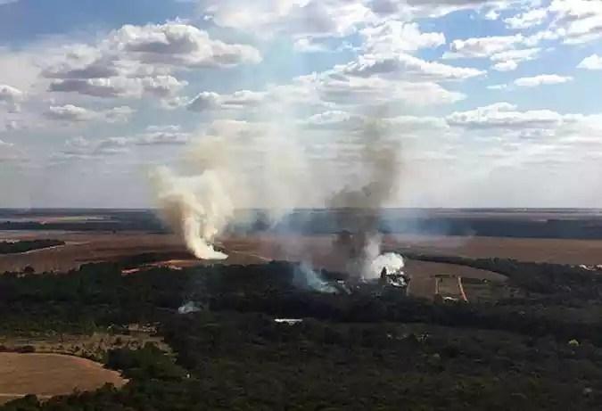 Foto do folheto divulgado pelo Corpo de Bombeiros do Estado de Mato Grosso mostrando uma vista aérea dos incêndios florestais na região do Pantanal, estado de Mato Grosso, Brasil, em 29 de julho de 2020.(foto: MATO GROSSO FIREFIGHTERS DEPARTMENT / AFP)