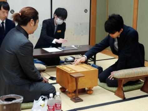 対局を行う藤井聡太七段(右)と中村亮介六段=大阪・関西将棋会館
