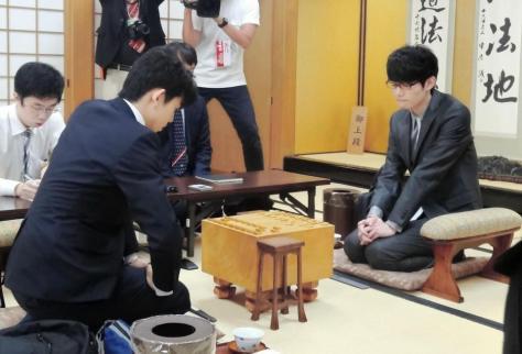 対局を行う藤井聡太七段(左)と斎藤慎太郎七段=関西将棋会館