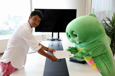 UUUMの鎌田和樹社長(左)と面接し、契約が成立したガチャピン=(c)フジテレビ