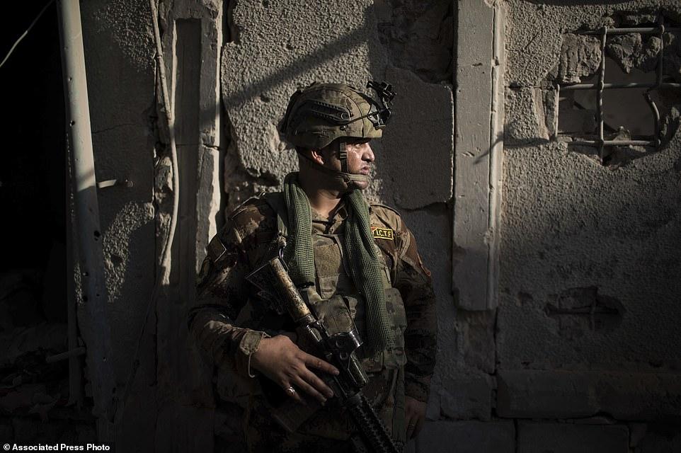 Un soldado de las Fuerzas Especiales Iraquíes se encuentra en un callejón mientras las fuerzas continúan su avance contra ISIS en la Ciudad Vieja de Mosul