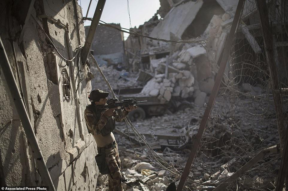 Las fuerzas iraquíes se movieron para asediar la Ciudad Vieja antes de lanzar su ataque para evitar que los combatientes de ISIS huyeran a la vecina Siria