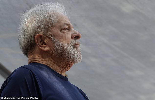 DOSSIER - Dans cette photo de dossier du 7 avril 2018, l'ancien président brésilien Luiz Inacio Lula da Silva regarde avant de parler aux partisans devant le siège du Syndicat des Métallos à Sao Bernardo do Campo, Brésil . Un juge de la cour d'appel brésilienne a ordonné la libération de Da Silva de la prison le dimanche 8 juillet 2018, mais un autre juge a demandé à la police de suspendre l'ordre. (Photo AP / Andre Penner, dossier)