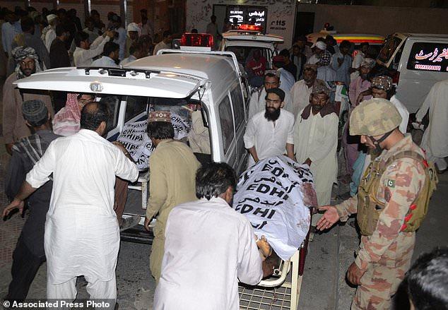 Des personnes emportent des corps de victimes de bombardements dans leurs villages pour les enterrer dans un hôpital de Quetta, au Pakistan, le vendredi 13 juillet 2018. --- Des victimes transportent des victimes de bombardement dans leurs villages pour un enterrement à Quetta, au Pakistan, vendredi, 13 juillet 2018. Lors d'une attaque dans la ville voisine de Mastung, dans le sud-ouest du Baloutchistan, Siraj Raisani, candidat au parlement provincial, est mort lorsqu'un kamikaze s'est fait exploser au milieu de nombreux supporters rassemblés lors d'un rassemblement. Le groupe État islamique a revendiqué la responsabilité de l'explosion. (Photo AP / Arshad Butt)
