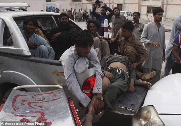 Les gens déplacent des blessés vers un hôpital à Quetta, au Pakistan, vendredi 13 juillet 2018. Soulignant la menace à la sécurité, deux bombes ont explosé vendredi en tuant de nombreuses personnes dans les dernières violences liées aux élections pour frapper le Pakistan. La première bombe qui a tué quatre personnes a explosé dans le nord-ouest du Pakistan près du rassemblement électoral d'un haut responsable politique d'un parti islamiste qui se présente au parlement de la ville de Bannu, au nord-ouest du pays. (Photo AP / Arshad Butt)