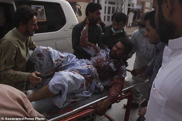 Les gens se précipitent dans un hôpital à Quetta, au Pakistan, vendredi 13 juillet 2018. Soulignant la menace à la sécurité, deux bombes ont explosé vendredi, tuant beaucoup de personnes dans les dernières violences liées aux élections pour frapper le Pakistan. La première bombe qui a tué quatre personnes a explosé dans le nord-ouest du Pakistan près du rassemblement électoral d'un haut responsable politique d'un parti islamiste qui se présente au parlement de la ville de Bannu, au nord-ouest du pays. (Photo AP / Arshad Butt)