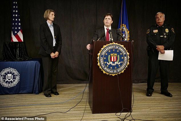 L'agent spécial du FBI, Jill Sanborn, à gauche, et le chef de la police de Grand Rapids, Scott Johnson, à droite, écoutent le discours de l'avocat américain Christopher Myers lors d'une conférence de presse le mardi 4 septembre 2018 au bureau du FBI à Brooklyn Center
