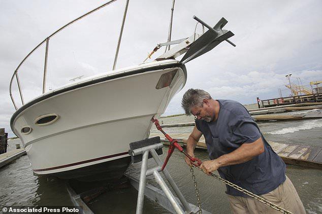 Charles Bungart holt sein Boot aus dem Wasser, während Tropical Storm Gordon am Dienstag, den 4. September 2018, in Dauphin Island, Ala. (AP Foto / Dan Anderson) nähert sich