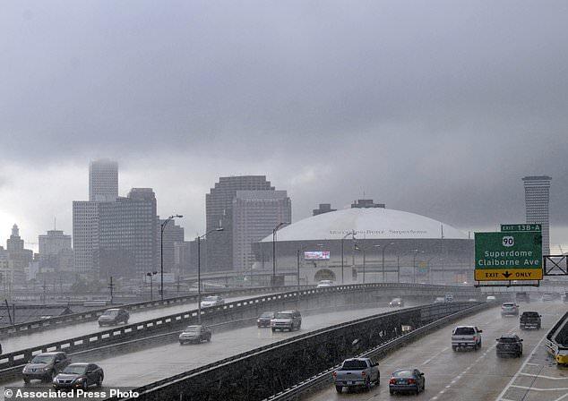 Regenbögen und schwere Wolken ziehen vor dem Anlandungsort des Tropischen Sturms Gordon in New Orleans, La, in die Stadt. Dienstag, 4. September 2018. (Matthew Hinton / The Advocate via AP)