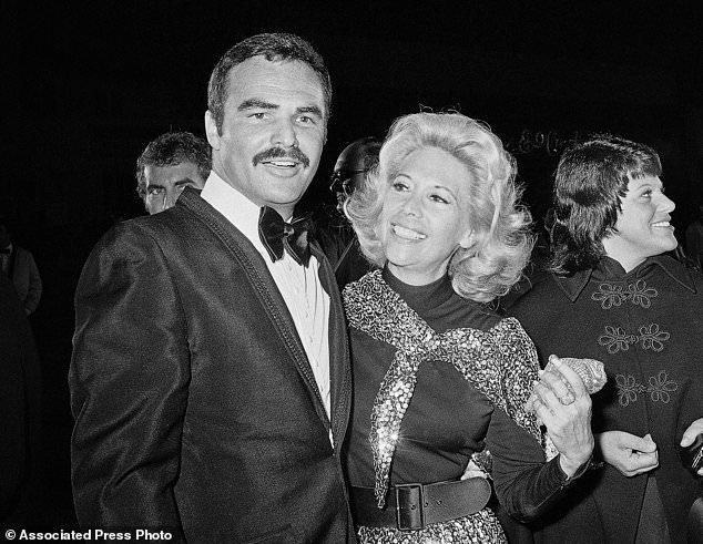 FILE - Dans cette photo d'archives du 5 novembre 1971, l'actrice Dinah Shore et Burt Reynolds apparaissent ensemble à Los Angeles. Reynolds, qui a joué dans des films dont