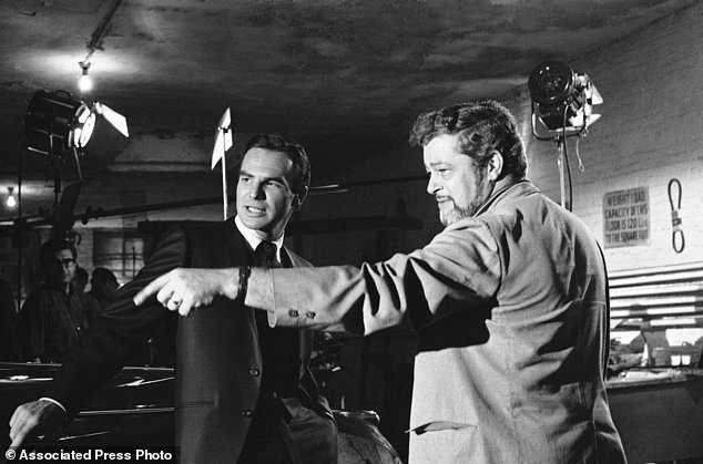 FILE - Dans cette photo d'archives du 27 mai 1966, l'acteur Burt Reynolds, à gauche, discute d'une scène avec le réalisateur Paul Bogart lors du tournage d'une nouvelle série ABC-TV