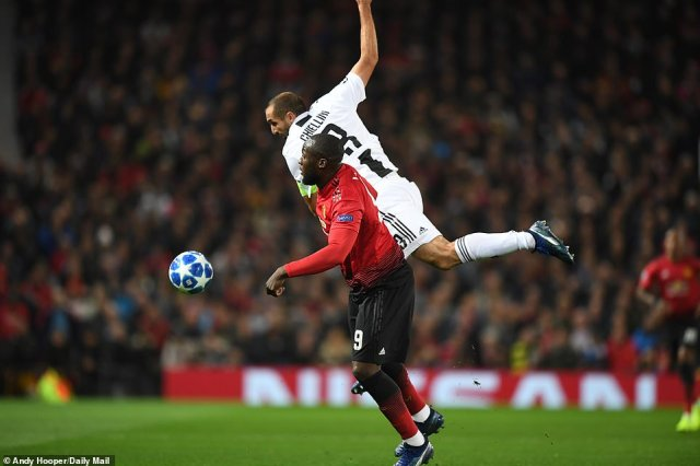 Juventus stalwart Giorgio Chiellini rises highest in an attempt to outmuscle Romelu Lukaku and win the ball
