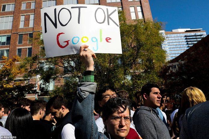 """Ein New Yorker, der ein """"Not OK Google"""" -Schild trägt, nimmt am Donnerstag am Google-Mitarbeiter-Streik über die Bürokultur teil"""