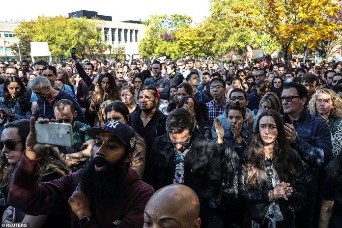 Eine riesige Gruppe von New Yorker Google-Arbeitern steht draußen in einem 14. Straßenpark, nachdem sie am Donnerstag im Rahmen eines weltweiten Protestes über Arbeitsplatzprobleme gegangen waren