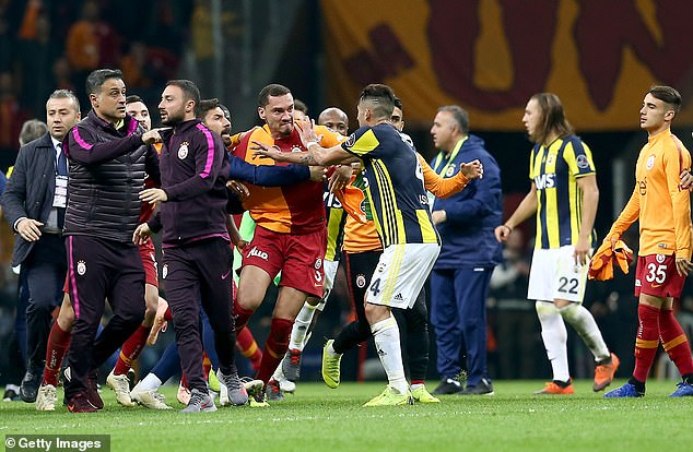 Goal from Ryan Donk and Martin Linnes gave Galatasaray a 2-0 lead but Fenerbahce drew level