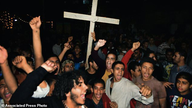 Coptic Christians sing slogans during a protest after an attack on a bus carrying Christian pilgrims on their way to a remote desert monastery in Minya (Egypt) on Friday, November 2, 2018. The Coptic Orthodox Church in Egypt and the Interior Ministry say that militant Islamists have done so on three buses with Christian pilgrims on their way to a remote desert monastery south of the Egyptian capital Cairo. At least seven people were killed and a dozen injured. (AP Photo / Mohammed Hakim)