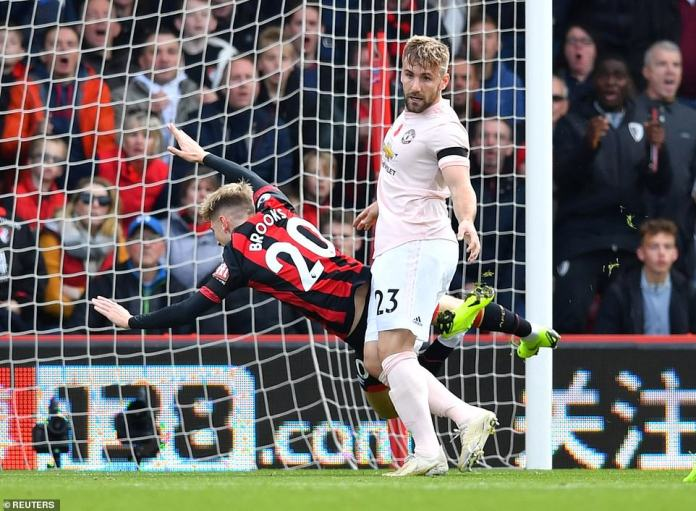 The defender of Manchester United, Luke Shaw, is fortunate not to have a penalty after knocking down Brooks with a clumsy push