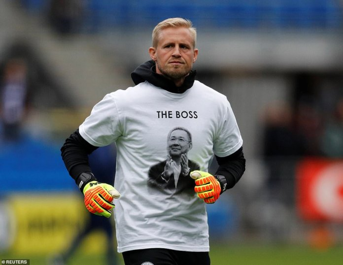 Flatterer wears a shirt in honor of Vichai Srivaddhanaprabha, who was killed in a helicopter accident last week