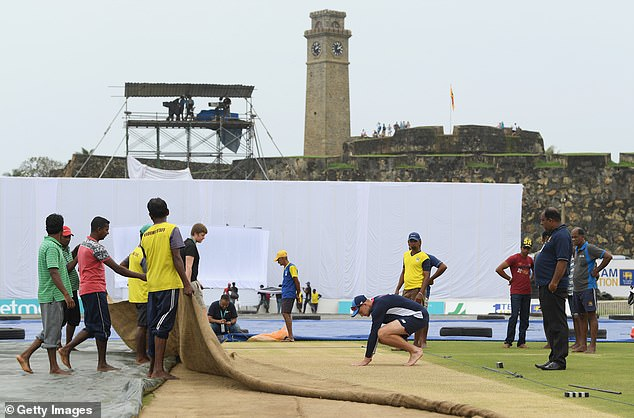 The fortress Galle is visible in the background, while the landlords move a cover for Root