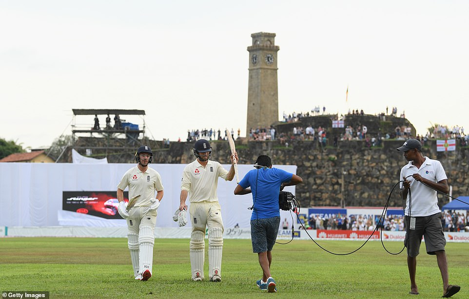 The 87 unbeaten English batsmen Ben Foakes and Jack Leach run after the start of the series from the field