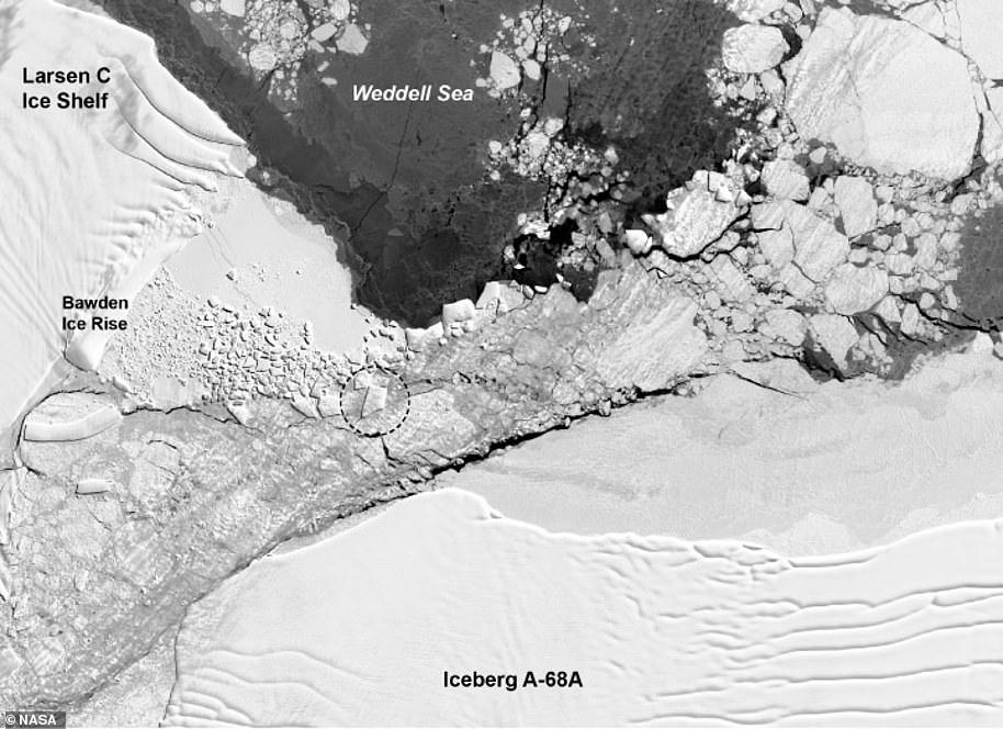 Un área de escombros de hielo geométrico es visible en la imagen Landsat 8 del 14 de octubre de 2018, dos días antes del vuelo IceBridge. El A-68 se ha estrellado repetidamente contra la elevación y ha hecho que los pedazos de hielo se astillen en formas geométricas bien cortadas. El iceberg, que una vez fue largo, no logró salir ileso; se rompió en trozos más pequeños. El iceberg en la fotografía de Harbeck, circulado en la imagen satelital del Landsat 8, aparece más cerca de la forma de un trapecio. El berg trapezoidal tiene unos 900 metros de ancho y 1500 metros de largo, lo que es muy pequeño en comparación con el tamaño de la A-68 de Delaware.
