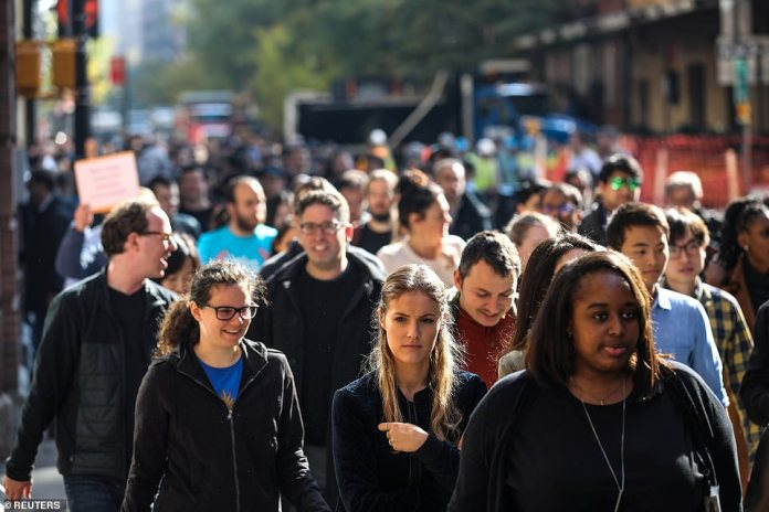 Das Publikum aus dem New Yorker Google Walkout bestand aus einer vielfältigen Mischung von Männern und Frauen, die am Donnerstag in Solidarität standen