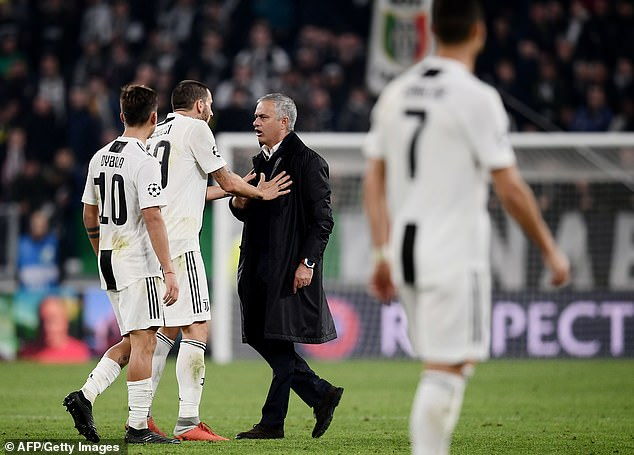 Mourinho's gesture brought Juventus defender Leonardo Bonucci with an angry reaction
